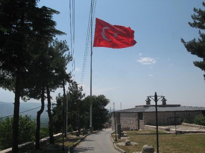 Niksar Kalesi'ndeki Dev Türk Bayrağı Yarıya İndirildi