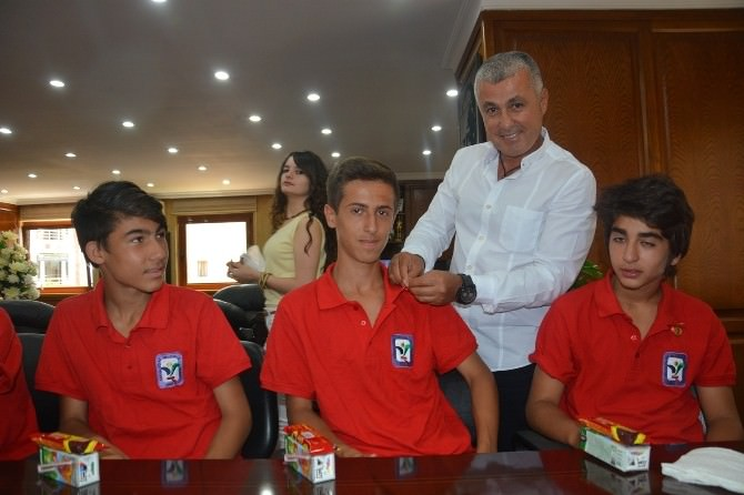 Başkan Sözen, Genç Futbolculara Cumhuriyet Altını Hediye Etti