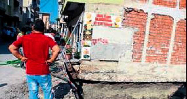 Çökme tehlikesi bulunan 3 katlı bina tahliye edildi