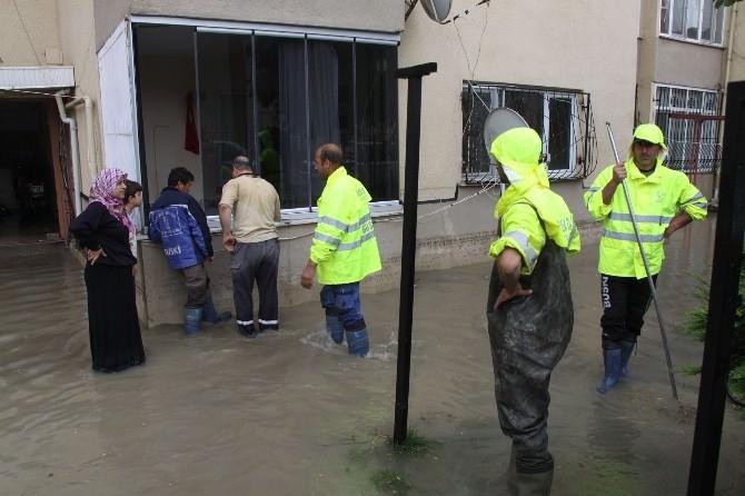 İnegöl'de Rögarlar Tıkandı, Evleri Su Bastı