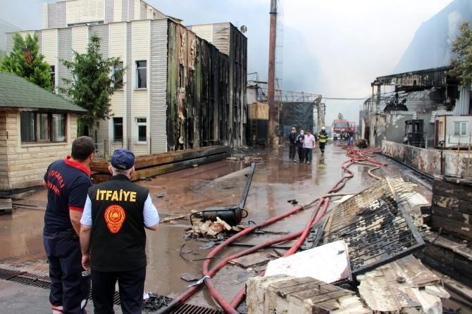 Kocaeli'deki Fabrika Yangını Kontrol Altına Alındı