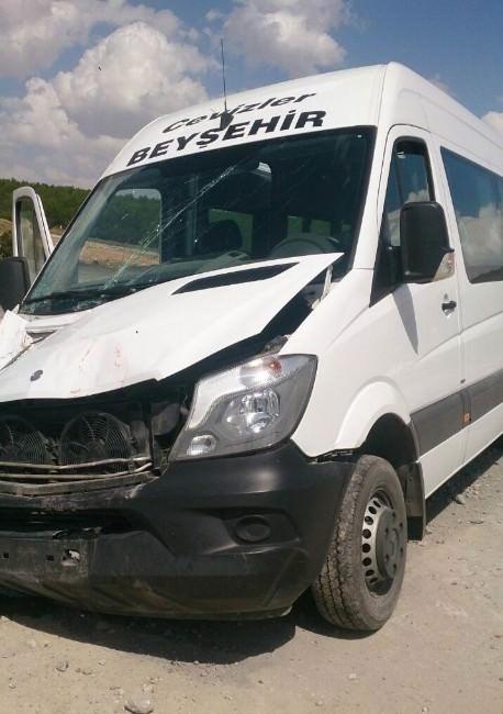 Yolcu Midibüsü Trafik Levhasına Çarptı: 8 Yaralı