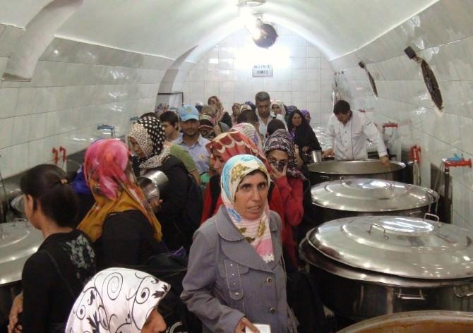 Günde 10 Bin Kişiye Sıcak Yemek Dağıtılıyor