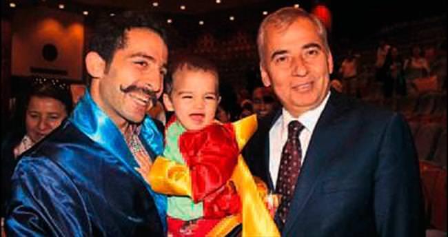 Diplomasını 16 aylık oğluyla birlikte aldı