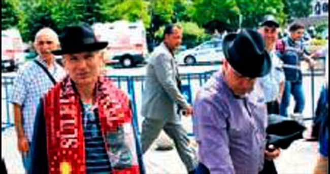 'Baba'nın anısına fötr şapka sattı