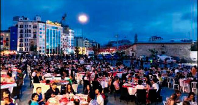 Taksim'de 3 bin kişilik iftar sofrası