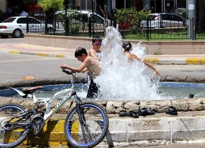Çocuklar Serinlemek İçin Süs Havuzlarını Seçti