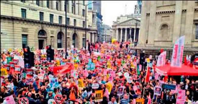 İngiltere'de hükümete karşı protesto