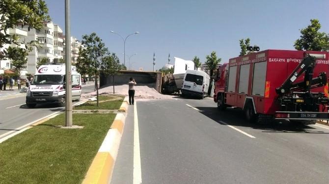 Karşı Şeride Geçen Kamyon Minibüse Çarptı: 3 Yaralı