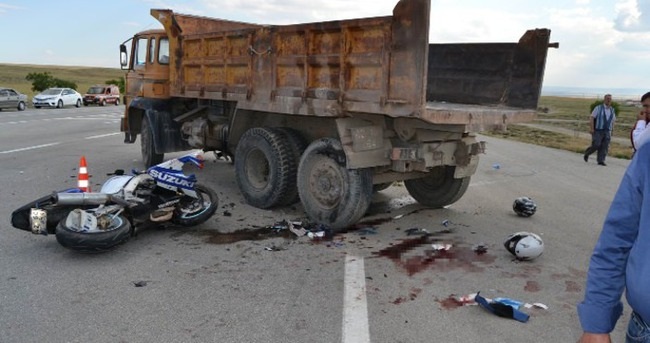 Yarış motosikleti kamyona çarptı: 2 ölü