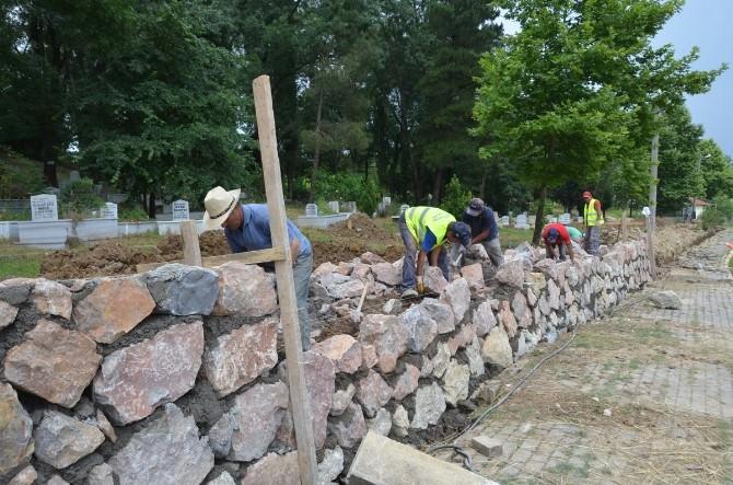 Uzuntarla Merkez Mezarlık Duvarları Yenileniyor