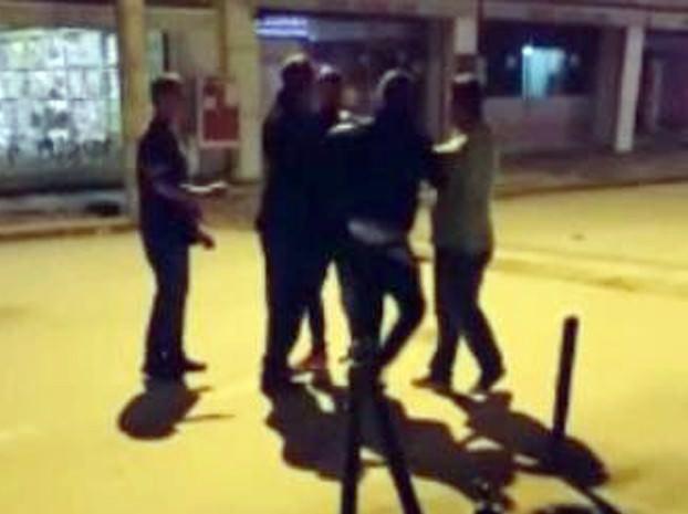 Para Meselesi Yüzünden Tartışan Gençler Birbirlerine Parke Taşları İle Saldırdı