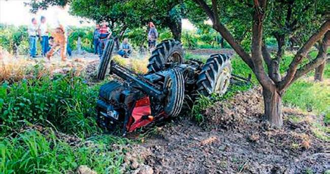 Devrilen traktörün altında kaldı, öldü