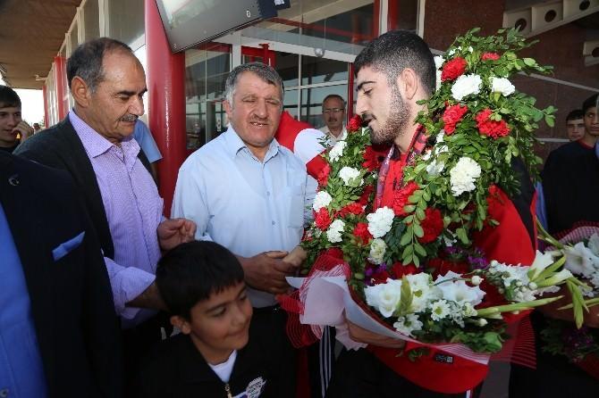 Gençler Avrupa Güreş Şampiyonası'nda Gümüş Madalya Kazanan Ertürk'e, Erzurum'da Coşkulu Karşılama