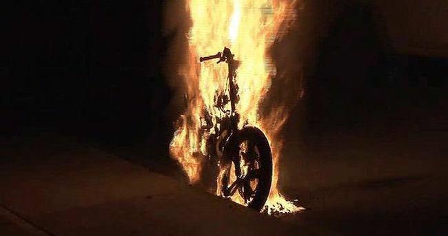 Seyir halindeki motosiklet alev alev yandı
