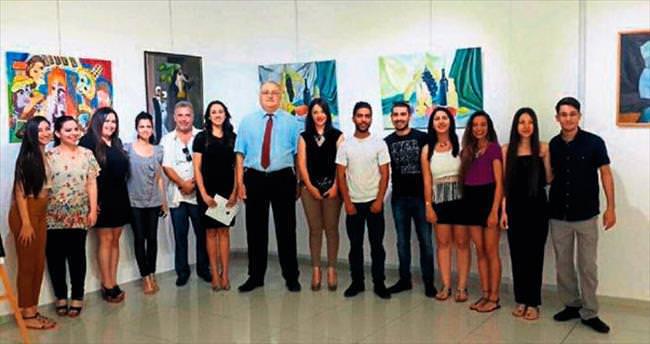 Öğretmen adayları yılsonu sergisi açtı