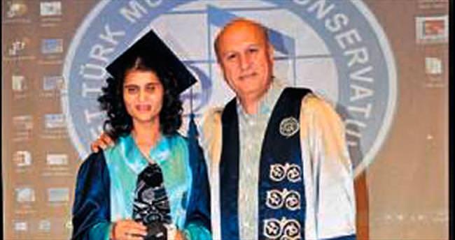 Ümran mezun oldu diplomasını da aldı