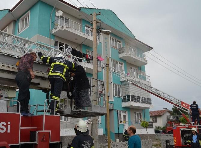 Yangında Mahsur Kalan Anne Ve 2 Çocuğunu İtfaiye Ekipleri Kurtardı