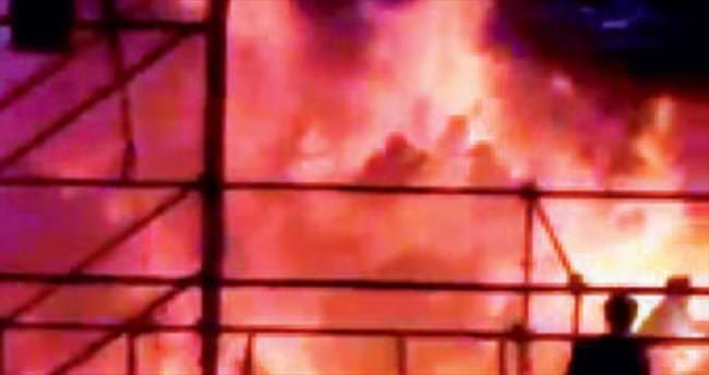 Eşi terk edince evi ve kendini ateşe verdi