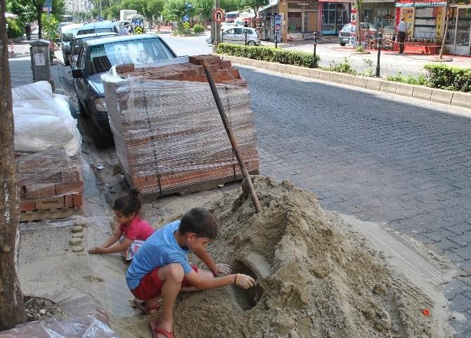 Tadilat İçin Getirilen Kum Çocuklar İçin Oyun Sahası Oldu