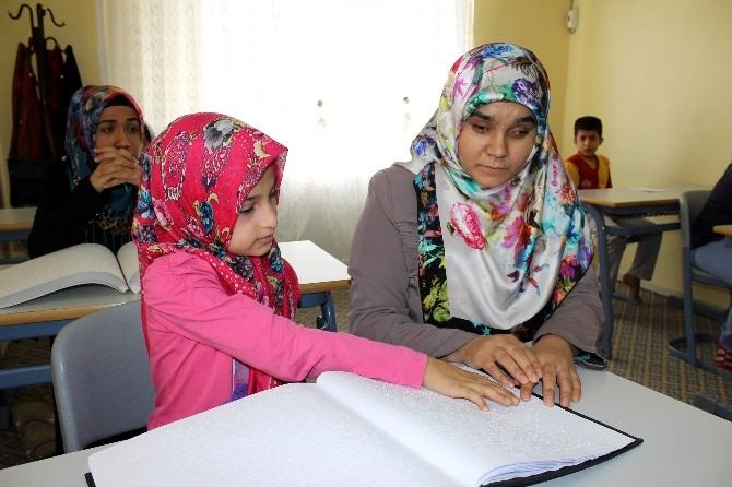 Kur'an-ı Kerim'i Dokunarak Öğreniyorlar