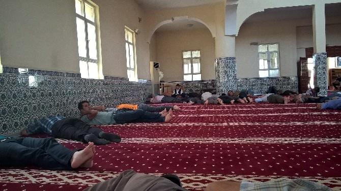 Silopi'de Oruçlu Vatandaşlar Camilerde Dinleniyor