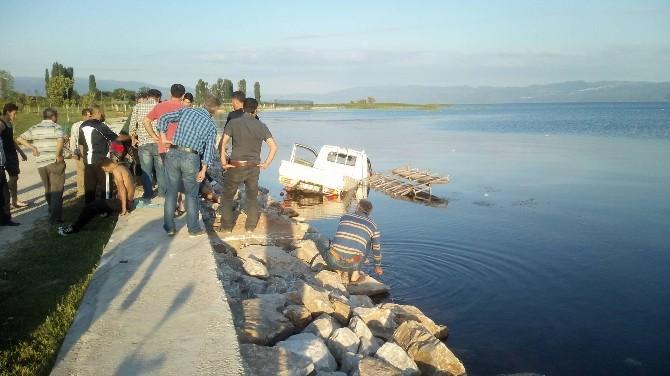 Kamyonetle İznik Gölü'ne Uçtular