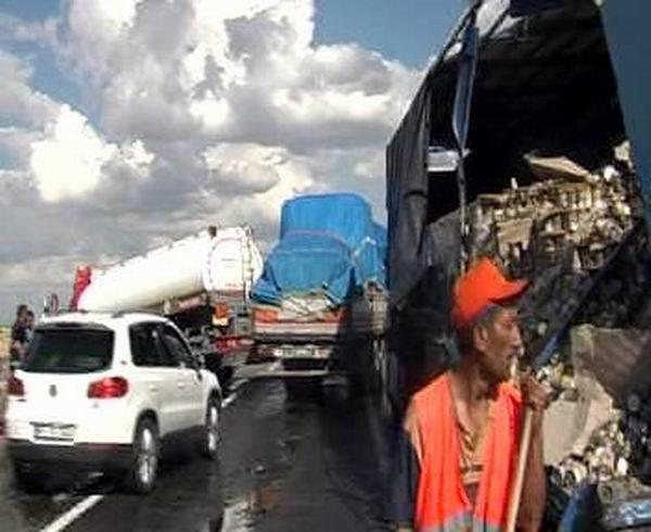 Tekeri Patlayan Tır'a Tanker Çarptı: 2 Yaralı