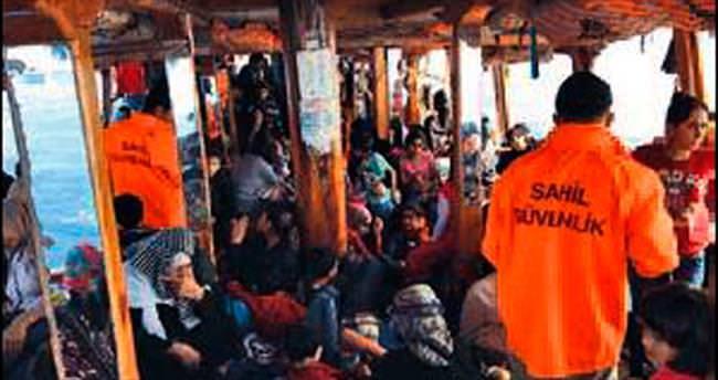 Gezi teknesinde 362 göçmen yakalandı