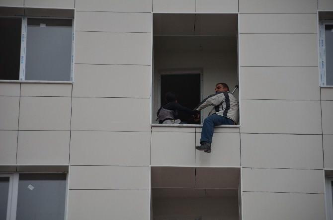 İnşaatın Balkonuna Çıkan Vatandaş, 12 Yaşındaki Çocuğu İle İntihar Etmeye Kalkıştı