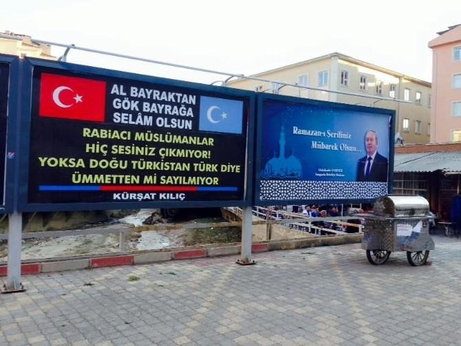 Billboard Afişi İle Uygur Türklerine Uygulanan Zulme Tepki Gösterdi