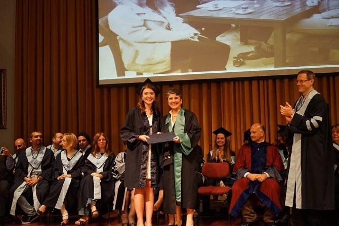 Dekan Anneden İşletme Mezunu Kızına Diploma