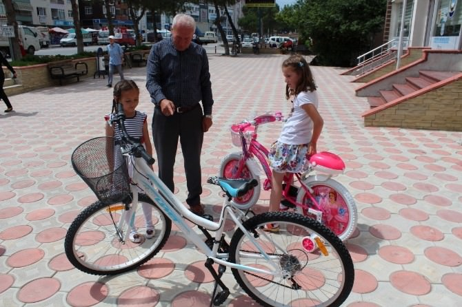 Belediye Başkanından Çocuklara Bisiklet