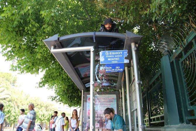 Aşkından 7 Yıldır Otobüs Durağının Tepesinde Yaşıyor