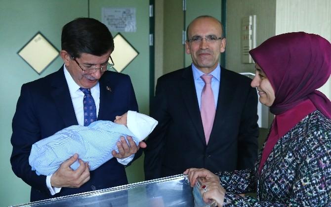 Davutoğlu, 3. Çocuğu Olan Bakan Şimşek'i Ziyaret Etti