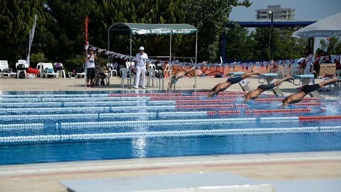 Genç Yüzücüler Kupalarını Aldı