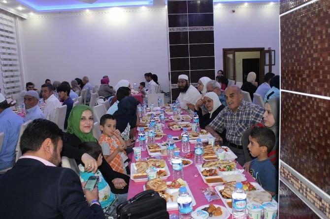 Suriyeliler İyilik Sofrasında İftarlarını Açtı