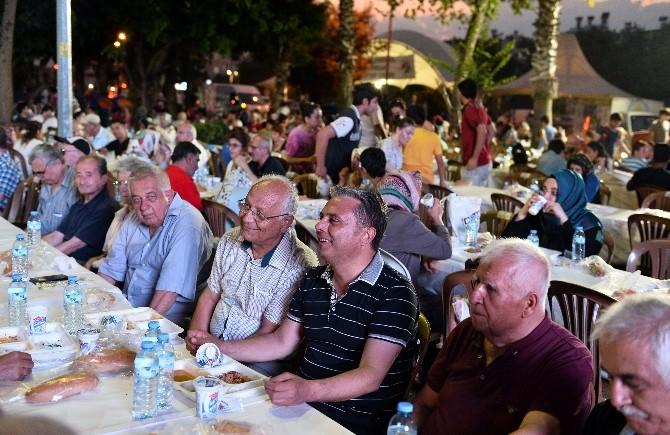 Muratpaşa Belediyesi'nden Sedir Mahallesi'nde 2 Bin Kişiye İftar