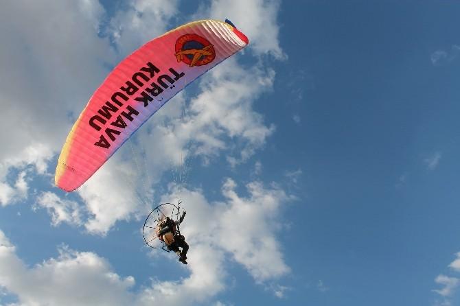 Bor'da Yamaç Paraşütü Gösterisi Düzenlendi