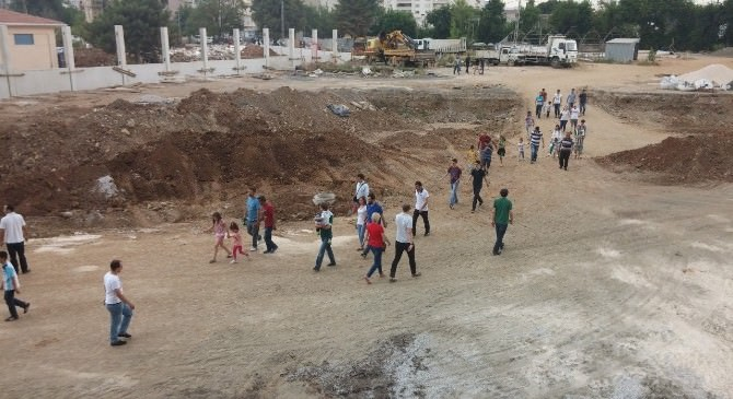 Timsah Arena Ziyarete Açıldı, Gelenler Çimleri Ezdi
