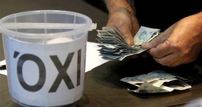 Ekonomik krizde olan Yunanistan'a kovayla bağış topluyorlar