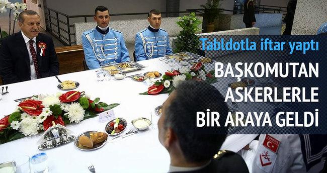 Başkomutan askerlerle iftar yaptı