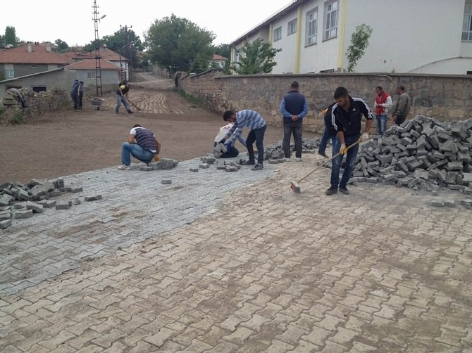 Gemerek'te Parke Ve Kanalizasyon Çalışmaları Sürüyor