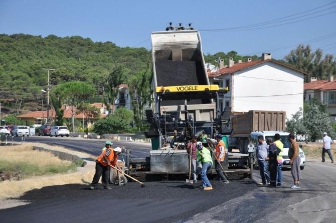 Ayvalık Belediyesi Yollara Sıcak Asfalt Yapıyor