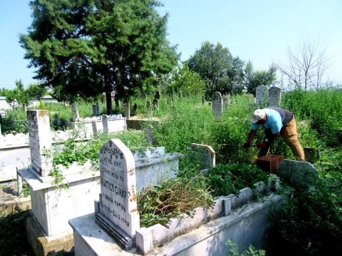 Sarıgöl'de Mezarlıklarda Hummalı Çalışma