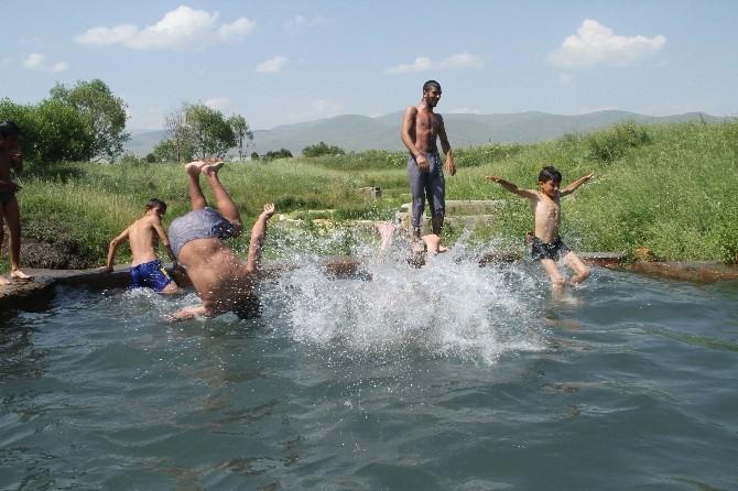Sıcaktan Bunalan Gençler Soğuk Kaplıca Çermiğinde Serinlediler
