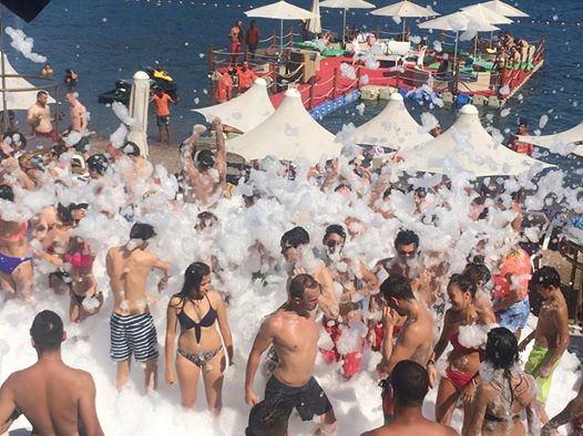 Sıcaktan Bunalan Turistler Köpük Banyosu İle Serinliyor