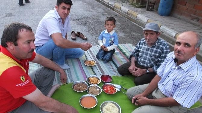 Burhaniye'de Toplu İftar Geleneğini Devam Ettiriyorlar