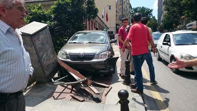 Kontrolden Çıkan Araç Elektrik Kutusuna Çarptı