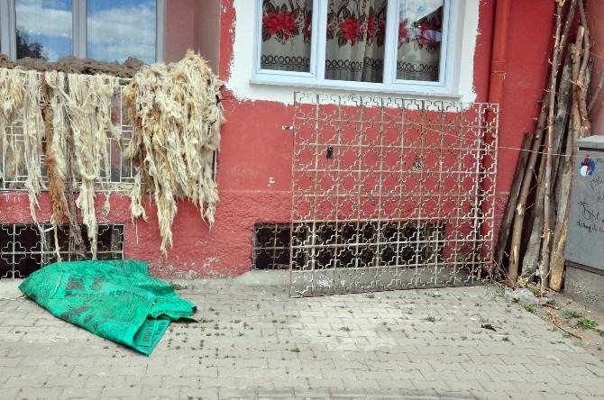 2 Yaşındaki Çocuk 100 Kiloluk Pencere Demirinin Üzerine Düşmesi Sonucu Öldü